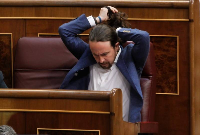Out of politics, pony-tailed Podemos founder cuts hair