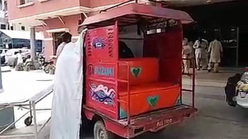 Woman gives birth to baby in Qingqi rickshaw outside hospital in Sanghar