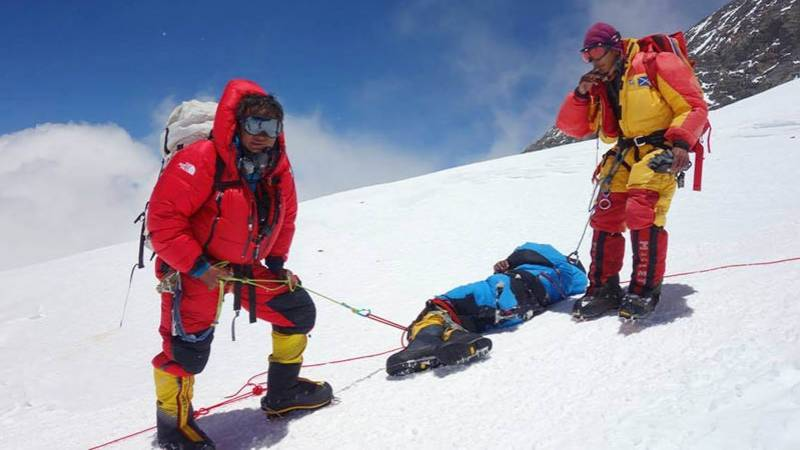 Second Sherpa guide dies on Everest