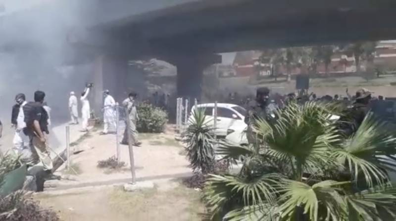 Police resort to violence on protesting university employees in Peshawar