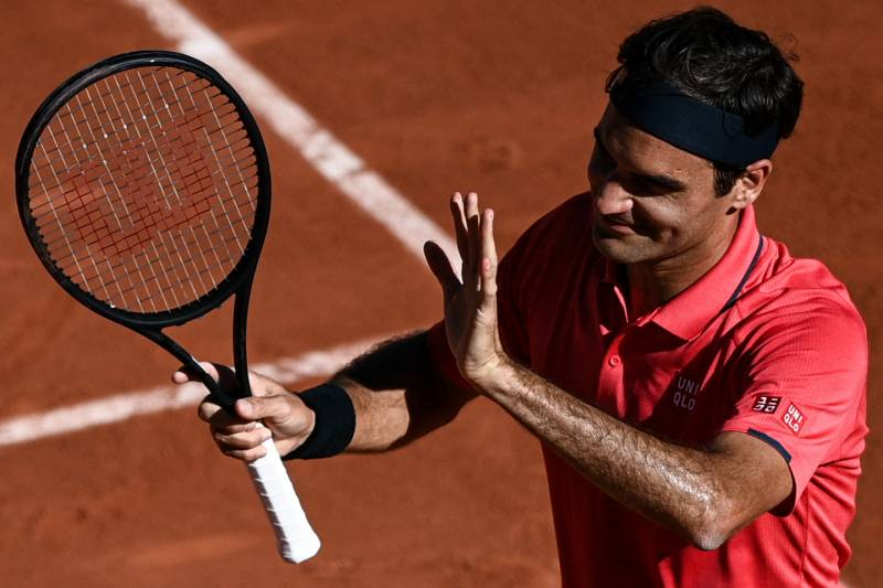 Federer eases into second round on French Open return