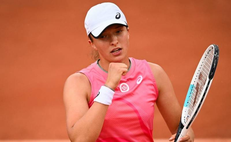 Perfect 10 as champion Swiatek moves into French Open last 16