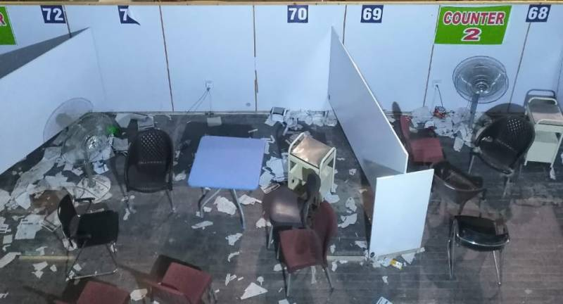 People destroy vaccination centre in Sialkot for not getting Pfizer vaccine