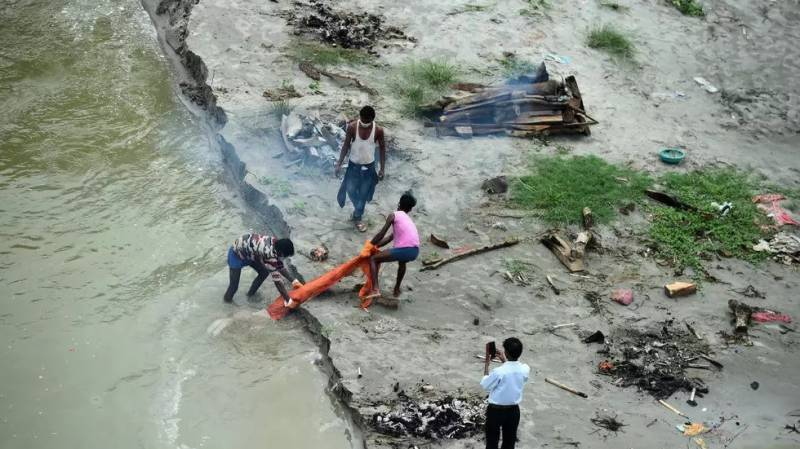 Ganges exposes India's Covid graves