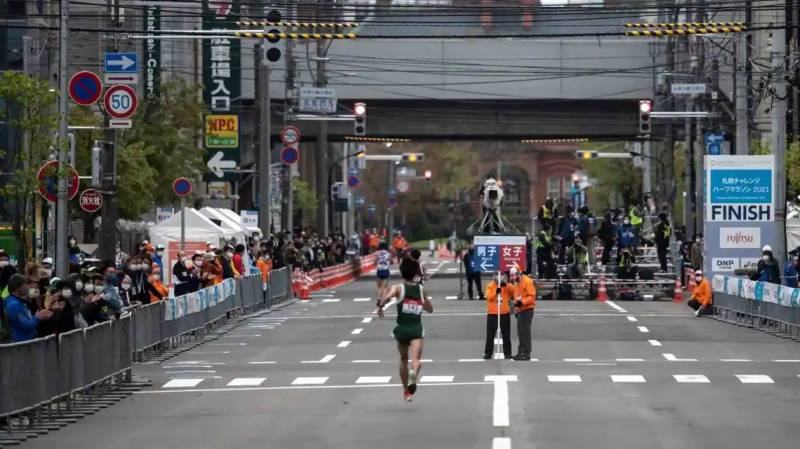 Fans urged to stay away from Olympic marathon over virus fears