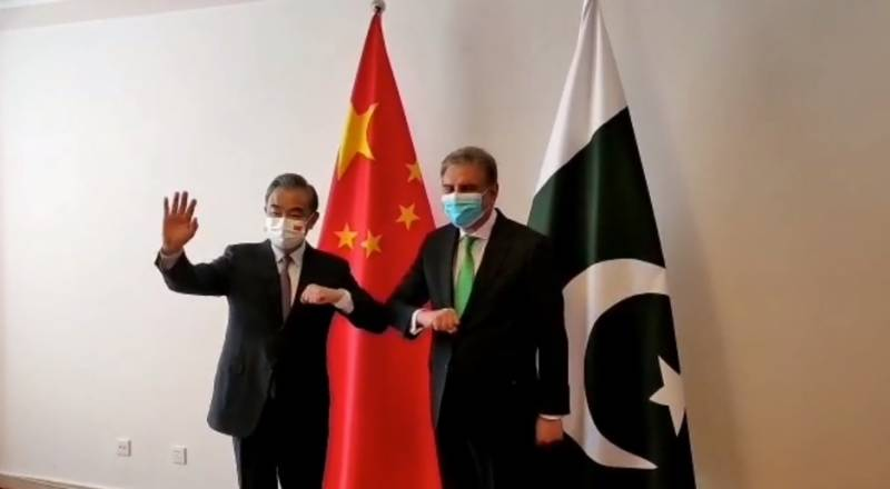 FM Qureshi meets Chinese counterpart in Dushanbe