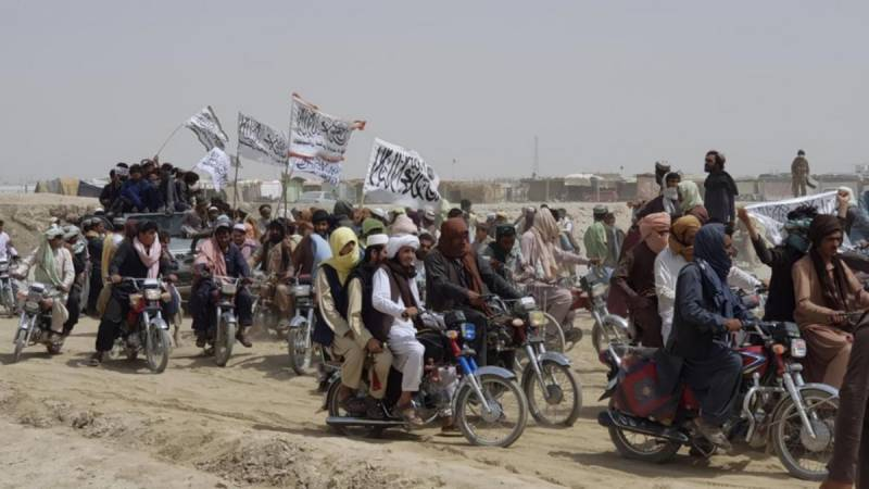 Afghan forces fight to retake Pakistan border crossing