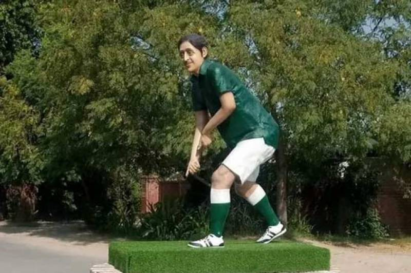 Police registers case against thieves for stealing hockey, ball from statue of Samiullah Khan