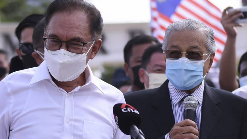 Malaysia's Mahathir, Anwar shelve rivalry to protest PM