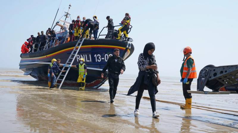 Record number of migrants cross Channel to UK in single day