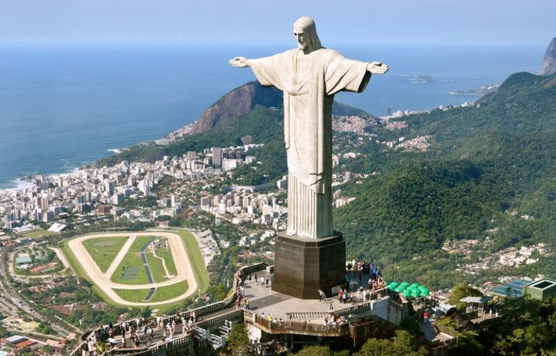 Brazil detains two French travellers for perching atop iconic statue