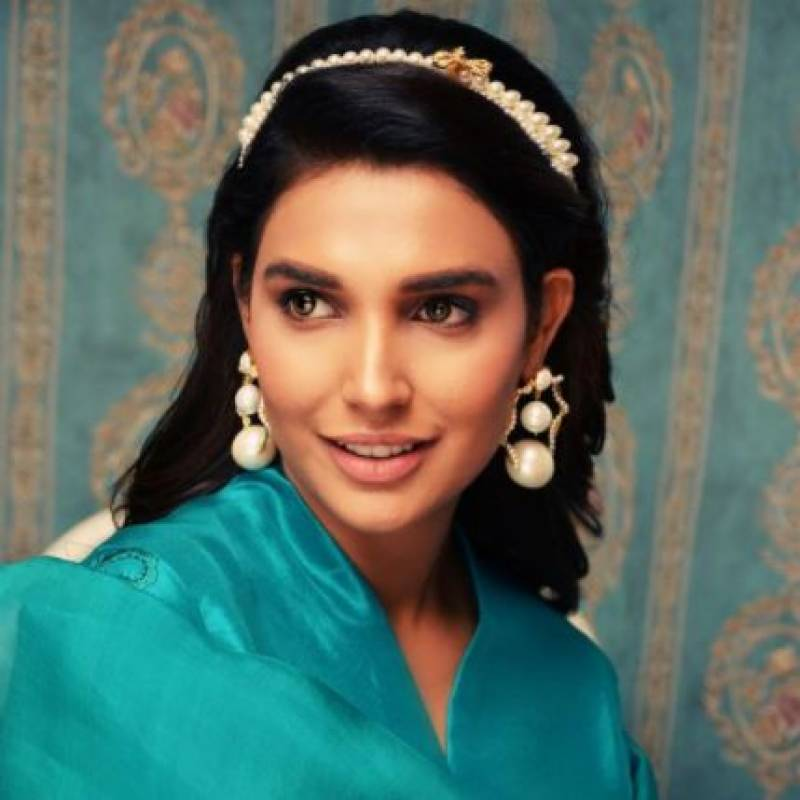 'You wanna lick my feet?' says Amna Ilyas to fan who asked her to do makeup on feet