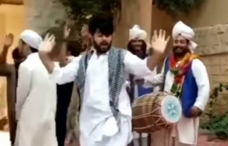 Imran Ashraf goes bonkers when it comes to womanly dance