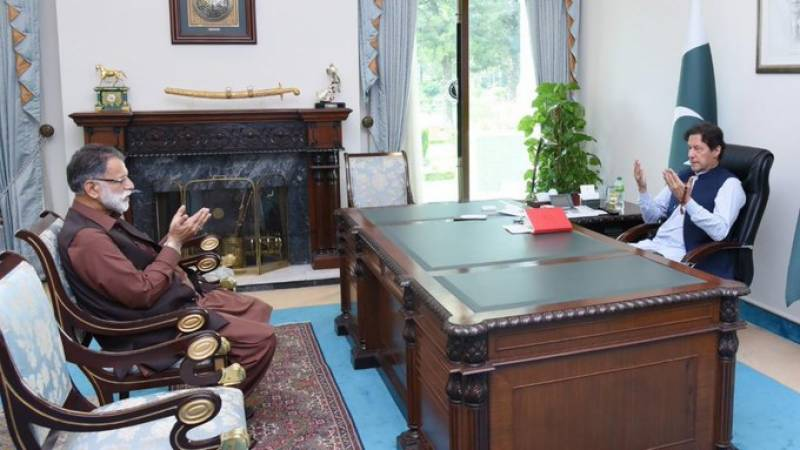 Khan pays tribute to Geelani in meeting with AJK PM