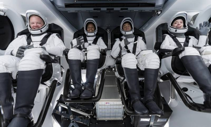 SpaceX tourist crew spend first day whizzing around Earth