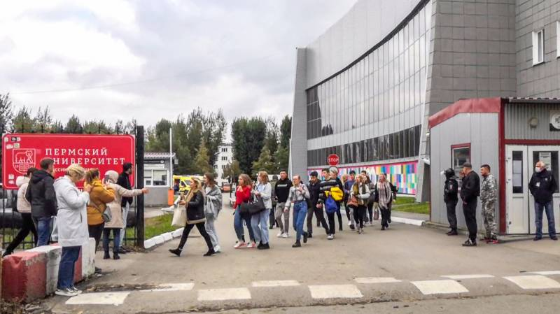 Students evacuate a building of the Perm university campus in Perm following a shooting