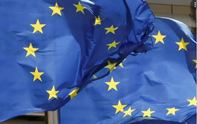 EU rallies behind angry France in US row