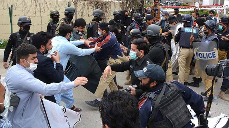 7 policemen injured as medical students protest turns violent in Quetta