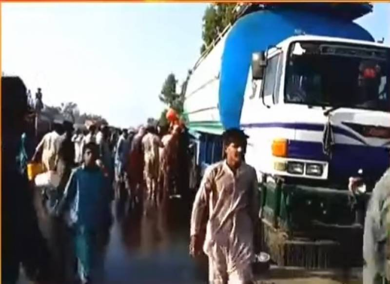People collect cooking oil from leaking tanker at Sukkur