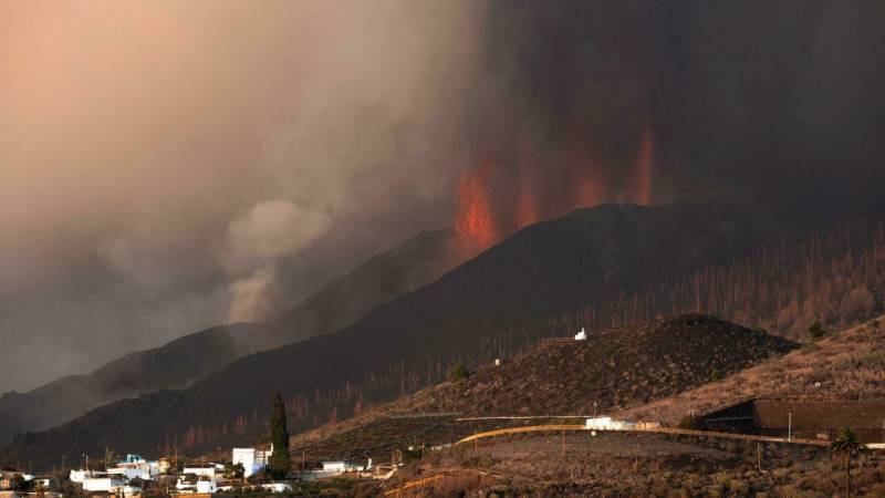 Volcano lava flow halts but many confined over toxic gas fears