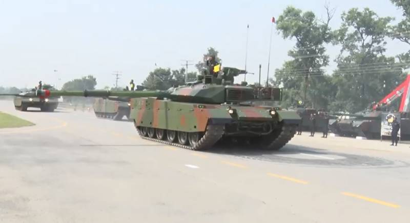 COAS witnesses Chinese origin VT-4 Tank commissioning into Strike Formation